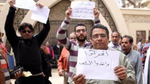 مواطنون يحملون لافتات تندد بالأمن المصري