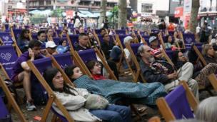 倫敦市中心來自各地的遊人也得以邊欣賞電影邊駐足小歇