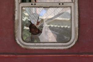 رجل ينظر من زجاج قطار في سريلانكا
