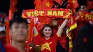 CĐV Việt Nam trước giờ bóng lăn trận bán kết AFF Suzuki Cup 2018 giữa Việt Nam và Philippines trên sân vận động Mỹ Đình