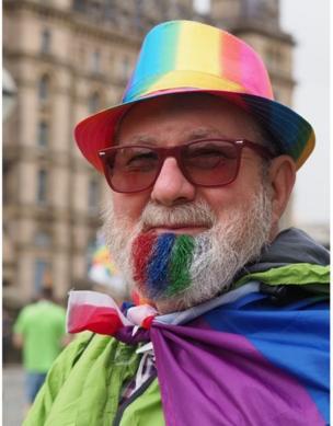 Hombre con la barca pintada de colores.