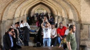مسافران نوروزی در حاشیه زاینده رود اصفهان