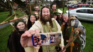 Актор Марті Бернс, що грає Святого Патрика, робить селфі у місті Даунпатрик у Північній Ірландії.