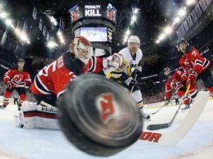 مشهد من مباراة لرياضة هوكي الجليد