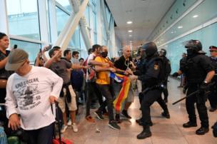 Policías se enfrentan a manifestantes en El Prat