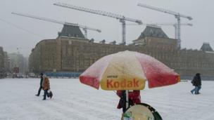 Día nevado en Moscú. Carpa de Kodak para fotos de turistas.