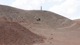 جنديان يقفان بالقرب من نفق في منطقة جبلية