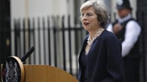 Theresa May habló con los medios por primera vez como primera ministra a su llegada a su residencia oficial en 10 Downing Street.
