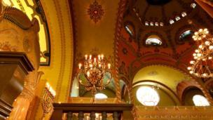 Svećnjaci unutar sinagoge u Subotici, mart 2018.