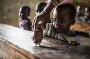 """É o primeiro dia de aula de Criscent. Ele nunca havia visto as letras e precisa aprender o alfabeto do zero. """"Criscent perdeu muitos anos de aprendizagem e seu cérebro agora precisa colocar-se em dia com o que vê"""", disse Magyezi."""