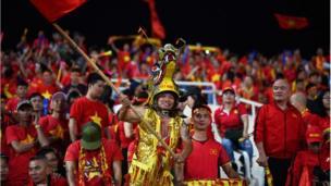 Cổ động viên Việt Nam đội chiếc mũ hình đầu rồng trong trận bán kết AFF Suzuki Cup 2018 giữa Việt Nam và Philippines trên sân vận động Mỹ Đình