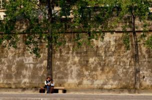 Enamorados bajo un árbol frente al río Sena