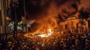 Fuego en las calles de Hong Kong
