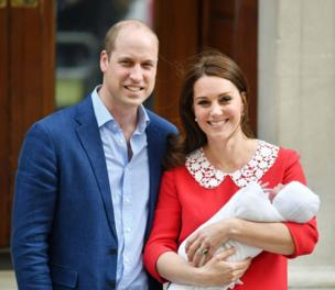 Duke dan Duchess of Cambridge dan putra mereka yang baru lahir berpose di luar Lindo Wing di St Mary's Hospital di Paddington, London.