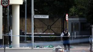 Policía inspecciona restos de basura en un área acordonada en la ribera sur del Támesis, en Londres.
