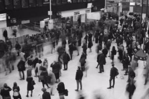 Viajeros en una estación