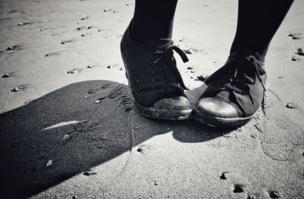 قدم امرأة تمشي على الرمال