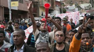 Nouvelles manifestations anti-gouvernement à Madagascar. L'opposition réclame le départ du tout nouveau premier ministre 10 jours après sa nomination.
