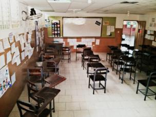 Pupitres vacíos en una escuela
