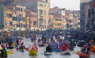 أشخاص يجدفون على متن قوارب صغيرة