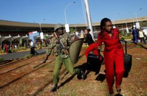 عاملون بالخطوط الجوية الكينية وشرطة مكافحة الشغب.