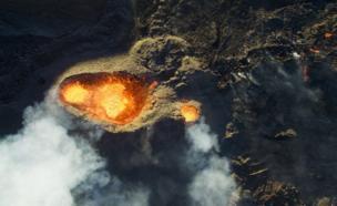 พลังก๊าซและไอร้อนที่กำลังเดือดพลุ่งพล่าน ระหว่างการปะทุของภูเขาไฟที่เกาะเรอูนียง