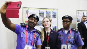 ويوم الثلاثاء، التقط ضباط شرطة نيجيريون في موسكو، حيث سيظلون هناك طوال فترة كأس العالم، صورة سيلفي مع أحد زملائهم الجدد.