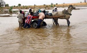 Watu waliopoteza makao yao baada ya mafuriko wanasafirisha mizigo yao eneo la Nyala, Darfur nchini Sudan tarehe 3 juni, 2017.