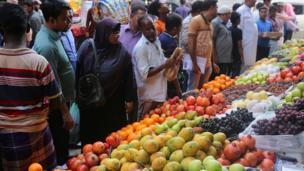 Wasu Musulmi lokacin da suke kokarin sayen kayan bude baki a birnin Dhaka na kasar Bangladesh ranar Litinin