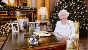 Hình chụp Nữ hoàng Elizabeth tại Phòng 1844 ở Điện Buckingham sau buổi thu thông điệp Giáng sinh 2017 gửi tới các nước thuộc khối Thịnh vượng chung.