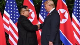 مصافحة تاريخية بين الرئيس الأمريكي دونالد ترامب والزعيم الكوري الشمالي كيم جونغ أون في فندق كابيلا على جزيرة سينتوسا في سنغافورة.