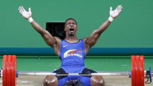 El levantador de pesas colombiano Óscar Figueroa Mosquera celebra la medalla de oro conquistada en Río
