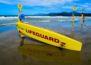 Una tabla de surfear obstaculizando el paso