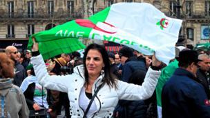 Depuis un mois, manifester le dimanche Place de la République à Paris est devenu une obligation pour de nombreux algériens.