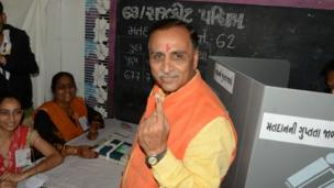 મુખ્યમંત્રી નો 'મત' : ગુજરાતના મુખ્યમંત્રી વિજય રૂપાણીએ રાજકોટ પશ્ચિમ વિધાનસભા બેઠક માટે મતદાન કર્યું