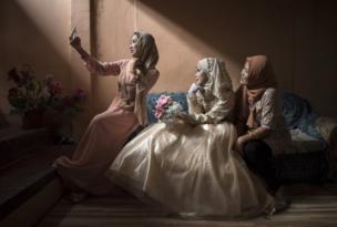 عروس تلتقط صورة ذاتية مع صديقاتها