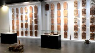 Des œuvres d'art sont exposées au nouveau musée des civilisations noires, à Dakar, le 6 décembre 2018, lors de la cérémonie d'ouverture et d'inauguration.