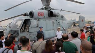 Theo trang Philippine Daily Inquirer hôm 05/01, Đại sứ Nga Igor Khovaef và Chuẩn đô đốc Eduard Mikhailov đã trả lời họp báo trên boong tàu Đô đốc Tributs tại Cảng phía Nam, Manila.