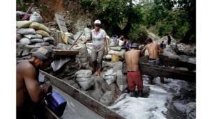 Mineros independientes trabajan en una corriente llamada La Cianurada.