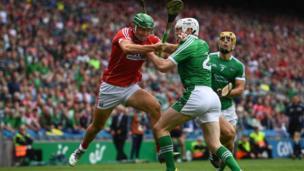 29 يوليو/تموز دبلن أيرلندا: روبي أوفلاين لاعب نادي كورك لرياضة قذف الكرة خلال مباراة في الدور قبل النهائي لبطولة قذف الكرة الأيرلندية.