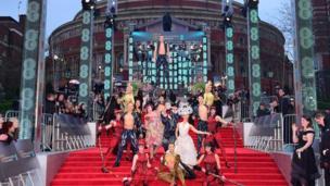 Mərasim başlayana qədər qırmızı xalıda Cirque du Soleil artistləri çıxış ediblər