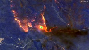Uma imagem de satélite desse sábado, 4 de janeiro, mostra como os incêndios queimam a costa de Osbrost, no Estado de Vitória, no sul da Austrália
