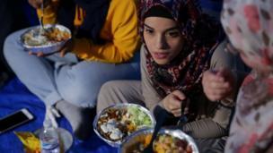 Wadansu mata yayin da suke cin abinci bayan shan ruwa a birnin New York na kasar Amurka ranar Talata