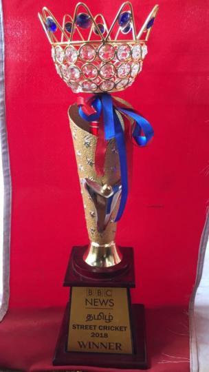 பிபிசி தமிழின் ஸ்ட்ரீட் கிரிக்கெட்டின் போட்டிக்கான வெற்றிக்கோப்பை