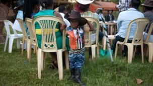 Alvin Kivumbi, w'imyaka itatu, yambaye imyenda y'abakunzi b'umuziki wa country