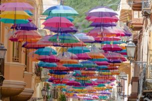 Paraguas suspendidos