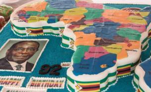تقدم في هذه الاحتفالات الكعك ببذخ، في مشهد يعكس إلى أي مدى يعتبره الكثير من الأفارقة بطلا فضلا عن إعجابهم بموقفه مع المزارعين البيض.