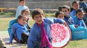 کودکان در حال تماشای جشنواره