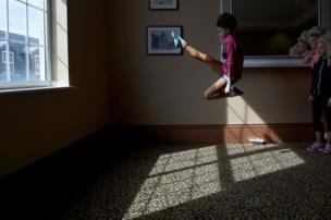إبهين كينيالي تجري عملية إحماء قبل بطولة العالم للرقص الأيرلندي المقامة في دبلن