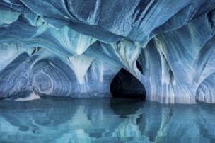 ผลงานที่เคลน เกสเซล ส่งเข้าประกวดเป็นภาพที่ถ่ายในถ้ำหินอ่อน ตอร์เรส เดล ปาอิเน เมืองมากายาเนส ประเทศชิลี ซึ่งอยู่ทางตอนใต้ของทวีปอเมริกาใต้